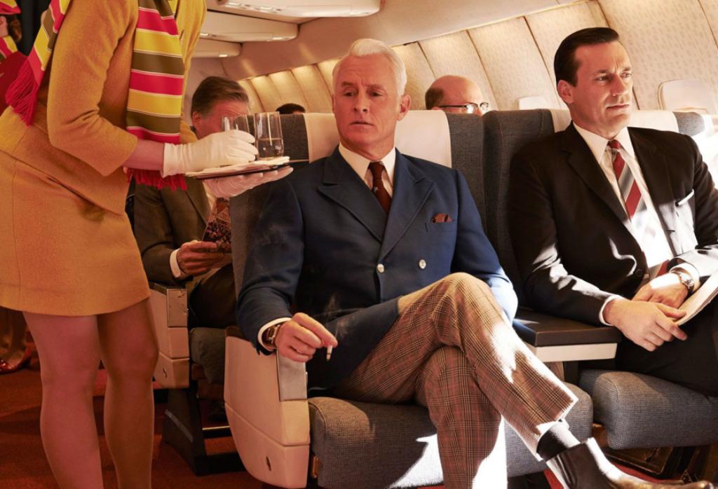 Roger Sterling e Don Draper a bordo di un aereo Mad Men