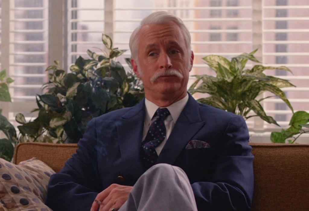 Roger Sterling seduto